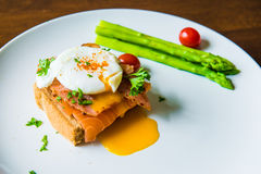 Skjuta in med det tjuvjagade ägget, parma skinka och laxen Royaltyfri Foto