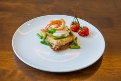 Skjuta in med det tjuvjagade ägget, parma skinka och tomaten Arkivfoton