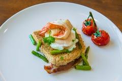 Skjuta in med det tjuvjagade ägget, parma skinka och tomaten Royaltyfria Foton