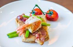 Skjuta in med det tjuvjagade ägget, parma skinka och tomaten Royaltyfria Bilder