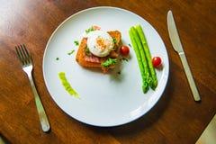 Skjuta in med det tjuvjagade ägget, parma skinka och tomaten Royaltyfri Foto