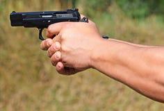 Skjuta med en pistol Arkivfoton