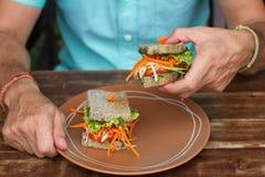 Skjuta in med grönsaker, en vegetarisk smörgås om bröd royaltyfria foton