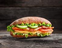 Skjuta in med höna, baconost och grönsaker Royaltyfria Bilder