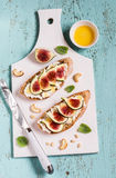 Skjuta in med mjuk ost, fikonträd och honung - läcker aptitretare med vin, den sunda frukosten eller mellanmålet arkivfoto