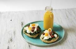 Skjuta in med spenat, det kokta ägget och torkade tomater Arkivbild