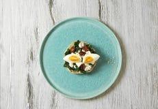 Skjuta in med spenat, det kokta ägget och torkade tomater Arkivfoton