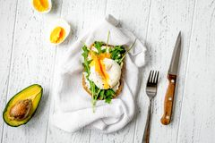 Skjuta in med tjuvjagade ägg på bästa sikt för träbakgrund Arkivbild
