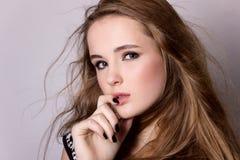 Skjuta modellprovning av en ung nätt flicka Yrkesmässig modell som poserar i studion på en svart bakgrund Arkivfoton