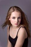 Skjuta modellprovning av en ung nätt flicka Yrkesmässig modell som poserar i studion på en svart bakgrund Royaltyfri Bild