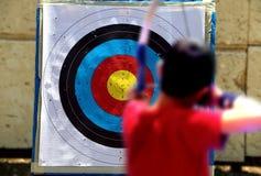 Skjuta på ett mål under bågskyttekonkurrens Royaltyfri Bild