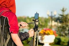 Skjuta på smartphonen med en tripod Arkivbild