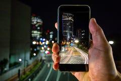 Skjuta stadsljusen med en mobil enhet Royaltyfria Bilder