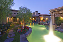 Skjuta yttersida för vattenyttersidahus med simbassängen och varmt bada royaltyfri bild