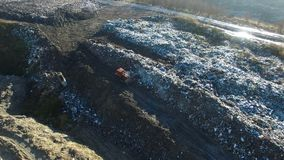 Skjuten antenn: bulldozern fungerar med avskräde på den enorma förrådsplatsen arkivfilmer