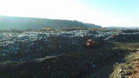 Skjuten antenn: bulldozern fungerar med avskräde på den enorma förrådsplatsen lager videofilmer