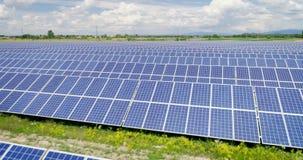 Skjuten antenn: Flyg över solpaneler, alternativ energie lager videofilmer