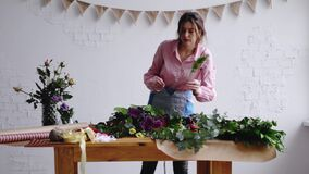 Skjuten docka: yrkesmässig blomsterhandlarekonstnär på arbete stock video