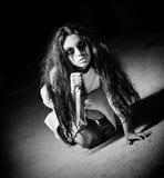 Skjuten fasa: läskig gigantisk flicka med kniven i händer svart white Royaltyfri Fotografi