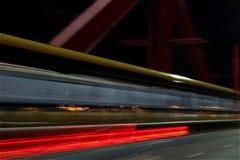 Skjuten lång exponering för drevkorsning bro natt Royaltyfria Bilder