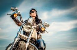 skjuten motorcykel för cyklistflickamorgon Arkivfoto