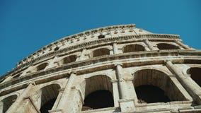 Skjuten Steadicam låg vinkel: Forntida coliseum i Rome, Italien stock video