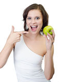 Skjuten studio. Kvinna som rymmer den gröna äppleisolaten Royaltyfri Bild