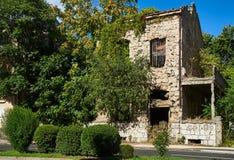 Skjuten-upp byggnad i mitt av Mostar, Bosnien royaltyfri foto
