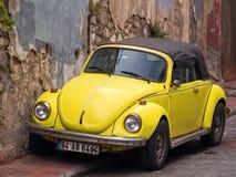 Skjuter ut gul VW för cabrioleten Arkivbilder