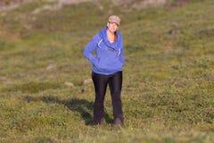 Skjutit av en ung kvinna som fotvandrar i Island arkivfoton