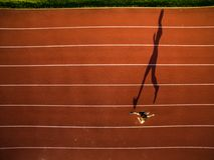 Skjutit av en ung manlig idrottsman nenutbildning på ett loppspår Arkivbilder