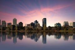Skjutit av Melbourne från Albert Park Lake på solnedgången Royaltyfri Foto