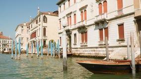 Skjutit av Venedig Grand Canal i Italien från det turist- fartyget arkivfilmer