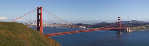 En panorama av det guld- utfärda utegångsförbud för överbryggar i eftermiddagen på en nästan molnfri dag Royaltyfria Foton