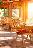 Skjutit i en restaurang Sommarkaffeterrass med tabeller och vide- stolar royaltyfria foton