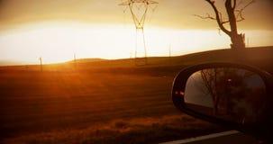Skjutit på en spegel för bakre sikt av en solnedgång med naturen in stock video