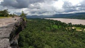 skjutit på klippan bredvid den Kong floden Arkivbild