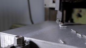 Skjutit spränga maskinen för att bearbeta av metallplattor och profiler lager videofilmer