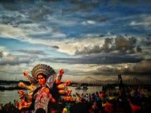 Skjutit under immersion av gudinnan Durga Arkivbild