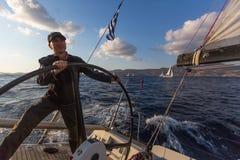 Skjutit uppifrån av masten under i den 16th Ellada för seglingregatta hösten 2016 bland den grekiska ögruppen i det Aegean havet Royaltyfri Foto