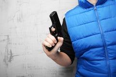 Skjutvapen f?r sj?lvf?rsvar Svart pistol i den manliga handen royaltyfria foton