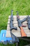 Skjutvapen på tabellen utomhus Fotografering för Bildbyråer