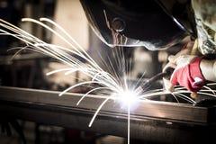 skölden för hjälmen för bågen gnistar den elding ljusa stålsvetsning Royaltyfri Foto