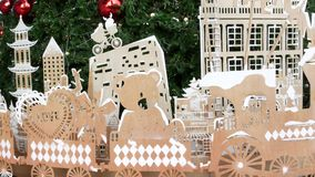 Sklejkowe dekoracje dla choinki Różnorodna dykta ornamentuje umieszcza blisko zielonego conifer drzewa podczas bożych narodzeń zbiory wideo