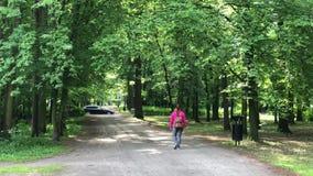 Sklejony kobiety odprowadzenie w wiosna parku zbiory