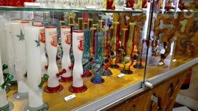 Sklep gabloty wystawowe bongs lub wodne drymby dla dymić zdjęcia stock