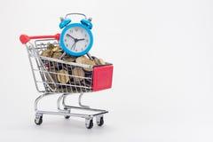 Sklep spożywczy fura sklep wypełnia z monetami, z małym stołowym zegarem na wierzchołku obraz royalty free