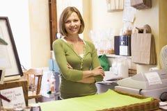 sklep uśmiechnięta kobieta Obrazy Royalty Free