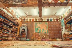 Sklep z raditional Indiańskimi pamiątkami, jedwabniczymi chustami, dywanami i tkaniną różni materiały, zdjęcia royalty free