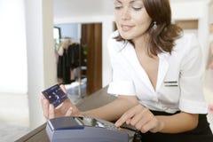 Sklepowa Towarzysząca Ogólna Kredytowa karta przy sklepu kontuarem Obraz Stock